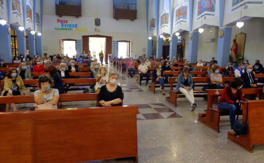 in chiesa con la mascherina (archivio l unione sarda)