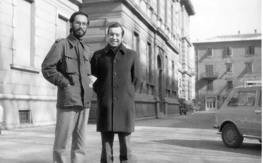 Salvatore Cubeddu con un amico davanti alla Facoltà di sociologia a Trento