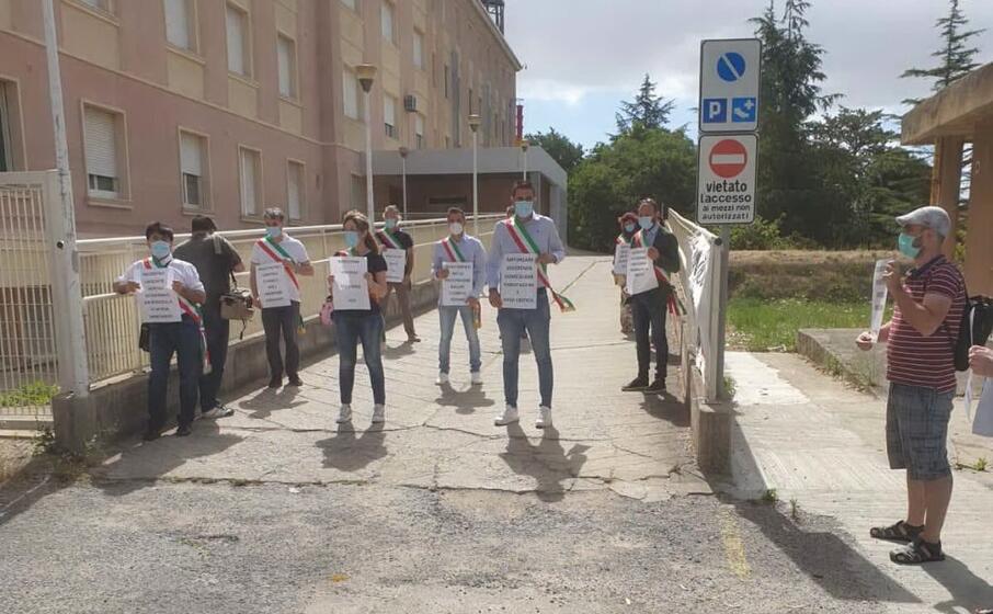sindaci e comitato davanti all ospedale (foto gioia)