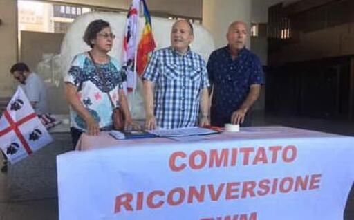 A sinistra i portavoce del Comitato Riconversione Rwm: Cinzia Guaita e Arnaldo Scarpa (foto L'Unione Sarda - Farris)