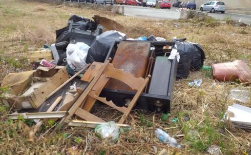 I rifiuti abbandonati in piazza Santa Maria (L'Unione Sarda - Tellini)