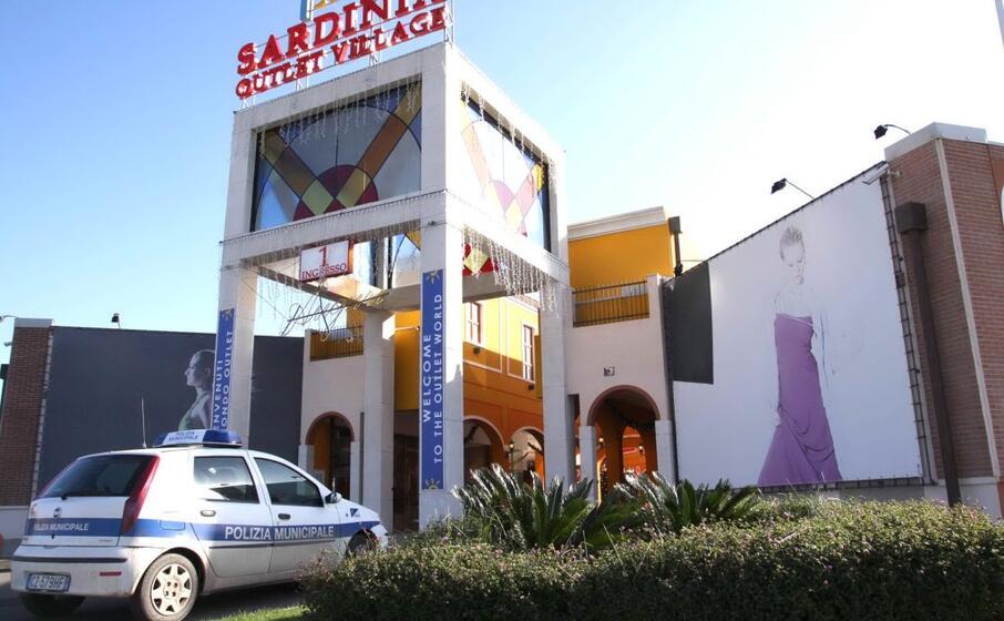 l ingresso del centro commerciale (l unione sarda)