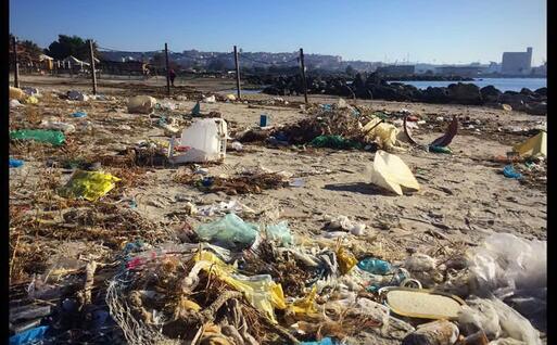 Plastica portata dal mare a Giogino (L'Unione Sarda)