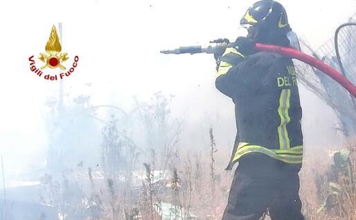 Attività di spegnimento (foto Vigili del fuoco)