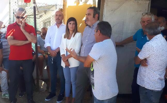 l assessore all industria anita pili in visita al presidio degli operai ex alcoa (foto l unione sarda pani)