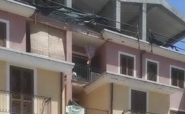 il balcone (con la tenda chiusa) da cui precipitato il bimbo (foto secci)