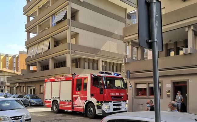 l intervento dei vigili del fuoco in via brunelleschi (foto sanna)