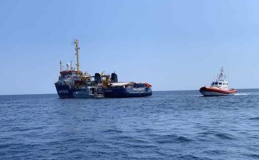 La nave a due passi da Lampedusa (Ansa)