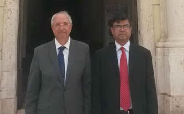 salvatore floris a sinistra col l ex ambasciatore bengalese a roma shahadat hossain (foto p paolini)