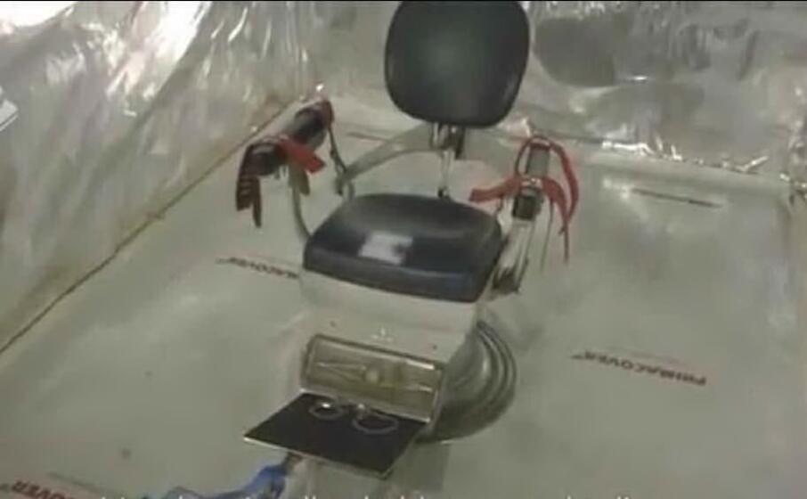 una delle sedie da dentista ritrovata in un container (foto polizia)