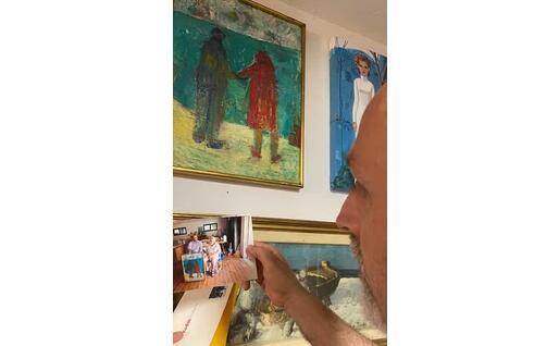 Antonello Carboni mostra il dipinto di Pantoli (foto Raggio)