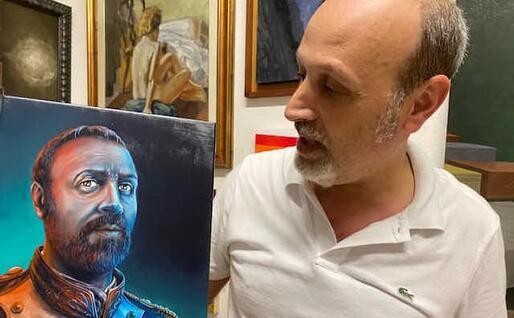 Antonello Carboni mostra un suo ritratto fatto da Nicola Caredda (foto Raggio)