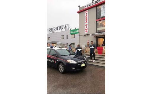 I Nas davanti al negozio (foto Carabinieri)