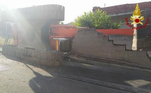L'escavatore ribaltato (foto Vigili del fuoco)