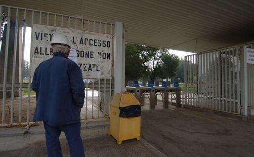 L'ingresso della fabbrica Enichem fibre di Ottana (foto L'Unione Sarda)