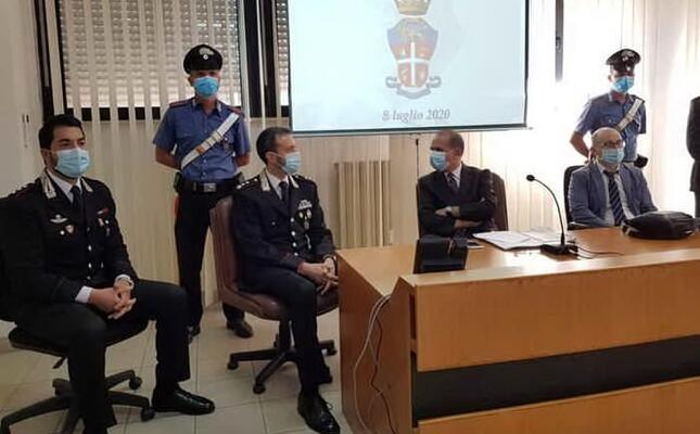 la conferenza stampa dei carabinieri (ansa)