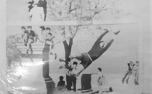 Una strepitosa parata di Brunello Micheli, portiere del Real Lanusei negli anni 60 (foto Ogliastra calcio)