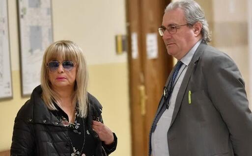 La madre di Fabrizio Corona con l'avvocato Ivano Chiesa in tribunale a Milano (Ansa)