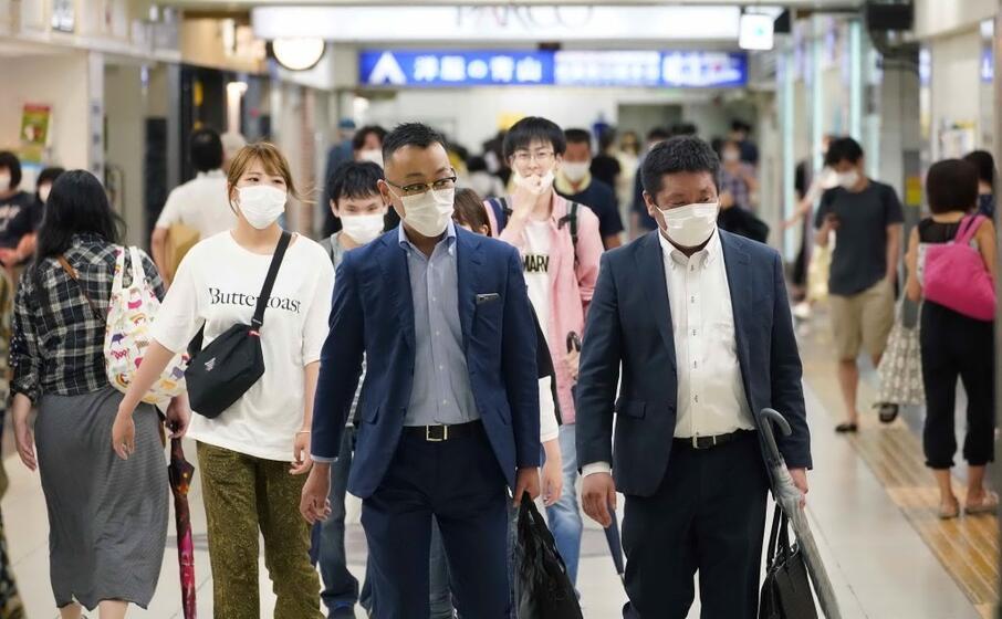 viaggiatori a tokyo (foto ansa epa)