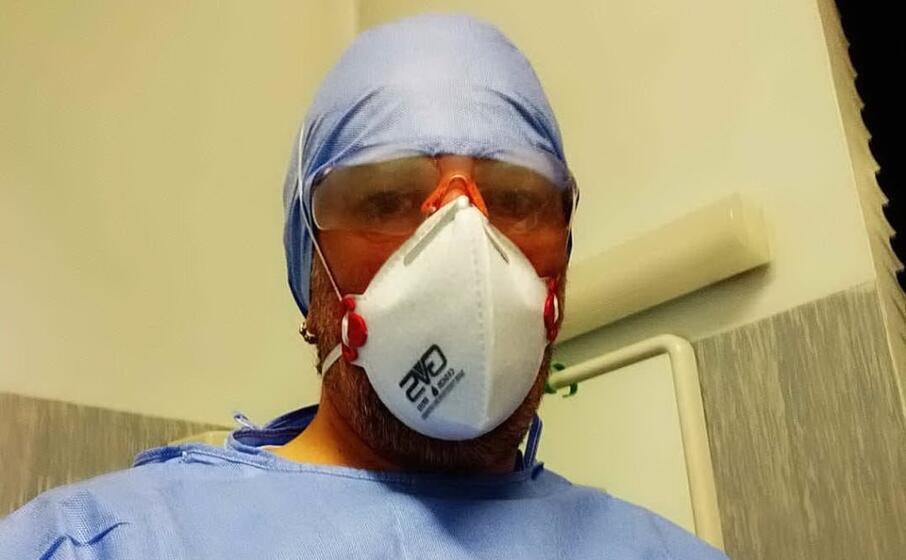 il selfie dell infermiere luca alini (foto facebook)