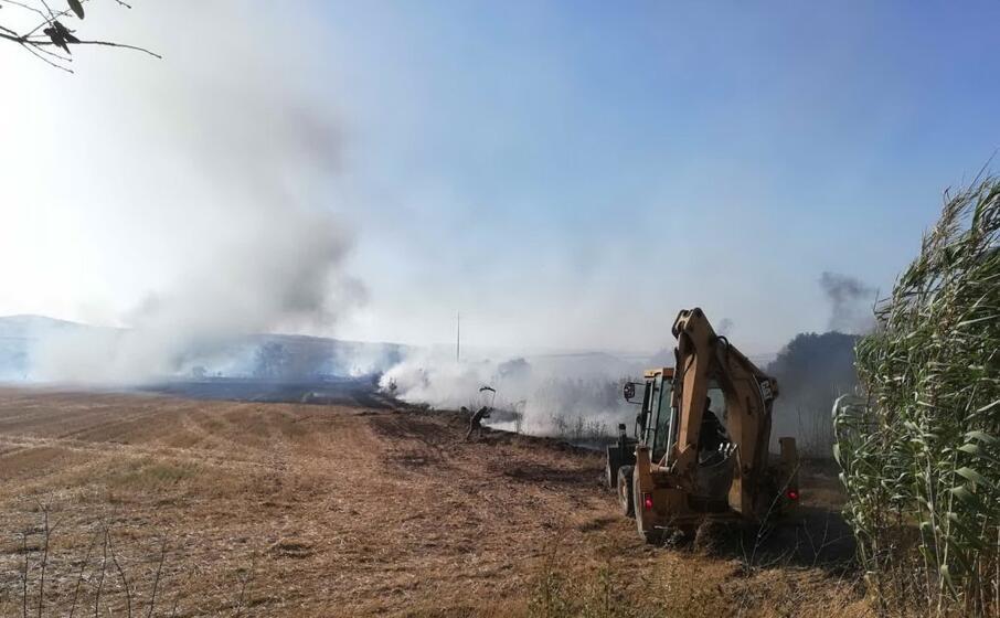 l incendio vicino alle case (foto pintori)