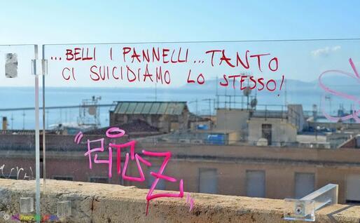 La scritta dei vandali (foto Alberto Piso)