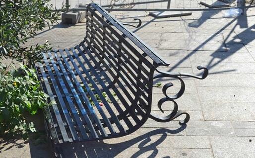 Una panchina rovesciata (foto Alberto Piso)
