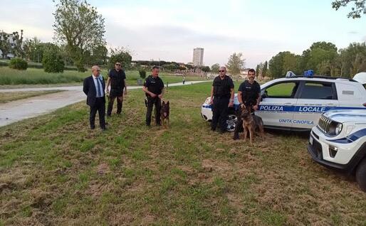 Alessandro Corrias, nuovo comandante della Polizia Locale di Villacidro, con il nucleo cinofilo della Polizia Giudiziaria di Rimini (L'Unione Sarda)