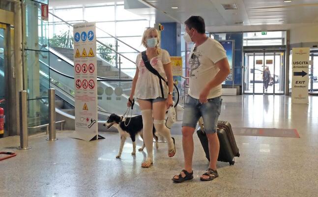 arrivi all aeroporto di elmas (archivio l unione sarda ungari)