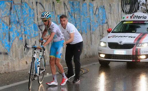 Fabio Aru riparte dopo la caduta al Giro d'Italia del 2013 che gli costerà la maglia bianca (Archivio L'Unione Sarda)