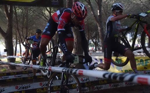 Imprevisti sull'ostacolo in una gara di ciclocross sarda (foto L'Unione Sarda - Melis)