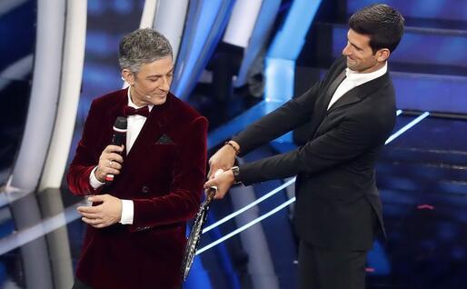 Nole Djokovic insieme a Fiorello sul palco di Sanremo