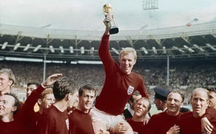 1966 l unico mondiale vinto dall inghilterra bobby moore alza la coppa
