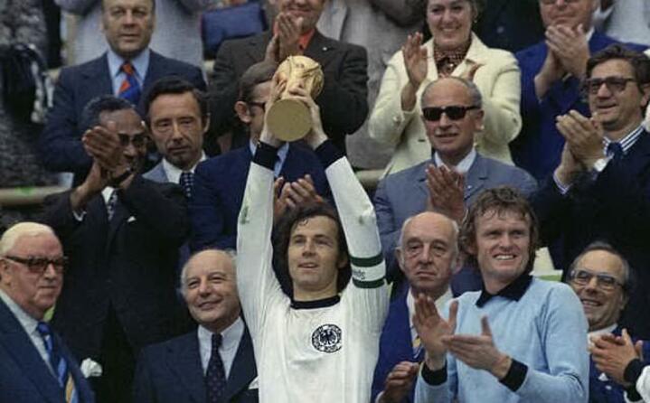 1974 beckenbauer alza la coppa rinnovata nella sua forma come la conosciamo oggi