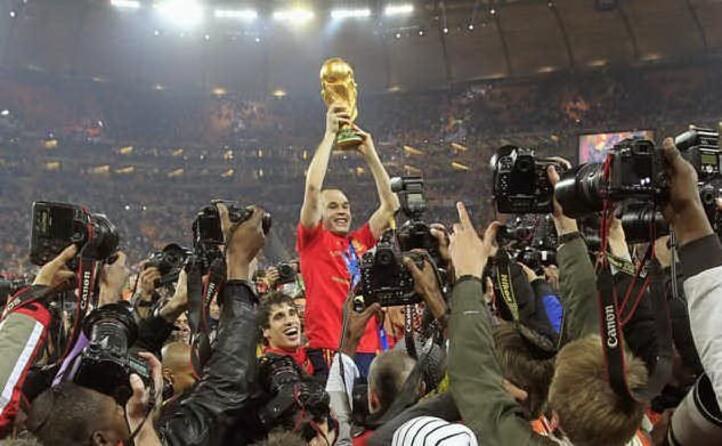 nel 2010 primo titolo spagnolo iniesta alza la coppa