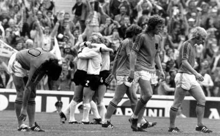 nel 74 il mondo ammira il calcio totale dell olanda di crujiff sconfitta per in finale dalla germania