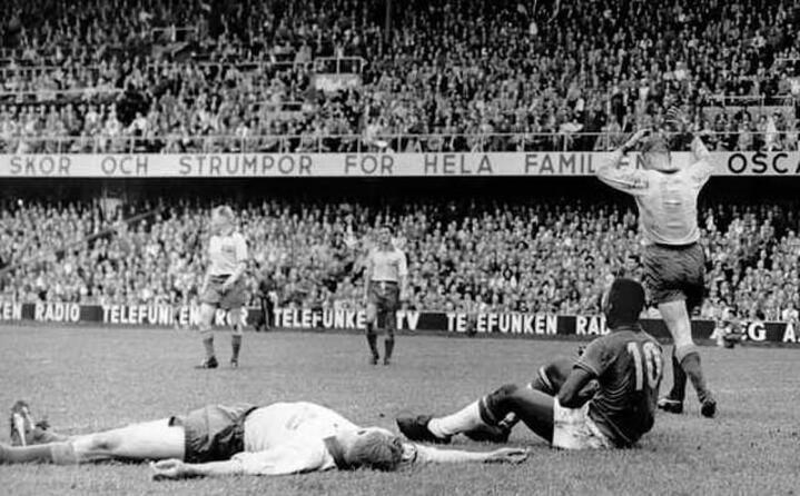 pel seduto sull erba il brasile vince il suo primo titolo nel 1958 bisser nel 1962