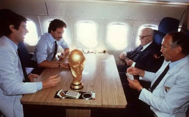 zoff causio pertini e bearzot con la coppa sull aereo che li riporta in italia una foto storica
