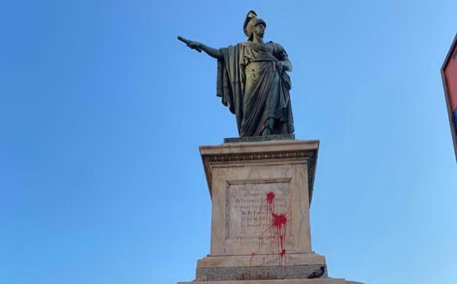il monumento imbrttato (foto l unione sarda anedda endrich)