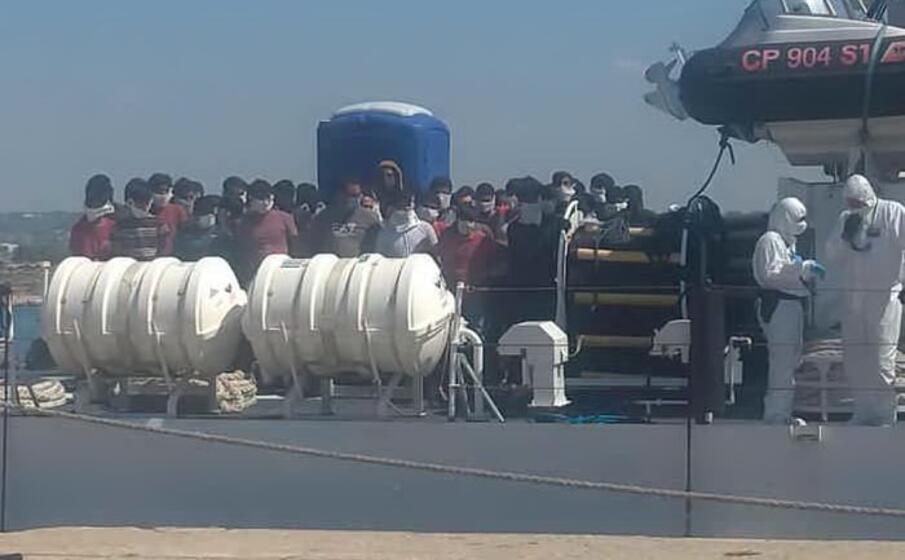 l arrivo dei migranti a pozzallo (ansa)
