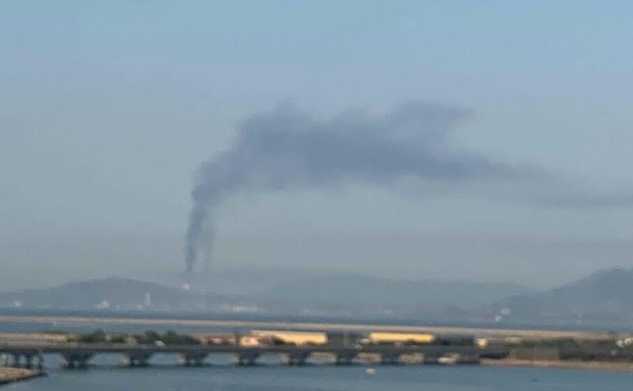 la raffineria nei giorni scorsi vista da cagliari (foto l unione sarda)