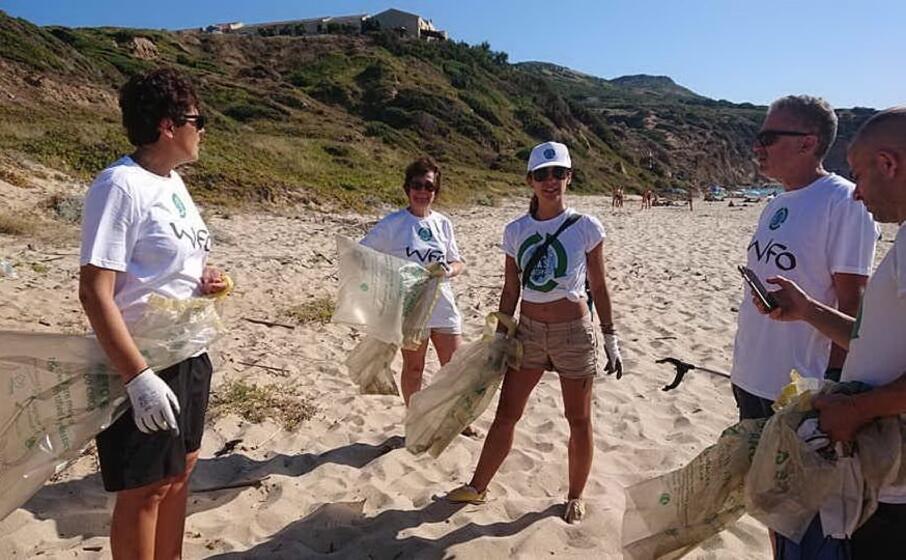 al lavoro i volontari di clean coast sardinia