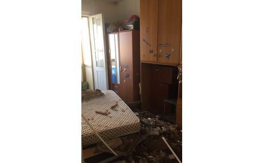 Il crollo del tetto in una casa (foto L'Unione Sarda - Vercelli)