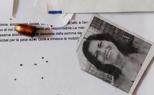Una foto di Rosi Mauro con un proiettile calibro 9 recapitati in una busta all'Ansa
