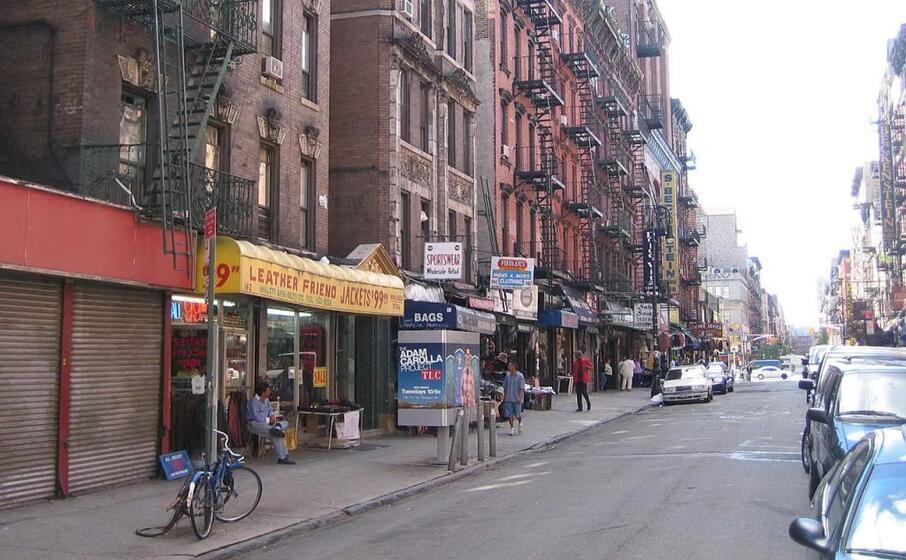 una strada del lower east side a new york (wikipedia)