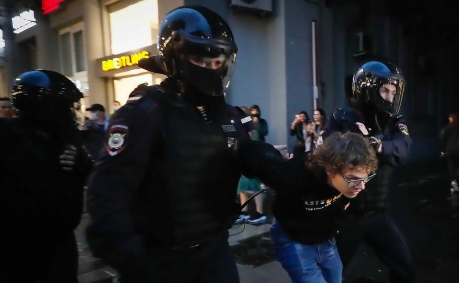 uno degli arrestati (ansa)