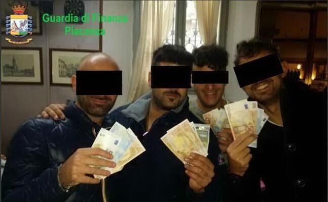 una foto di gruppo dei carabinieri coinvolti (foto gdf)