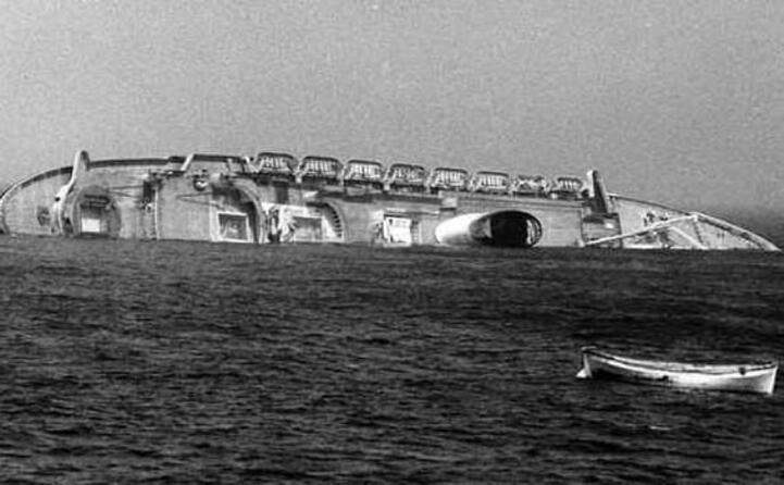 l ammiraglia italiana verso l affondamento (archivio ansa)