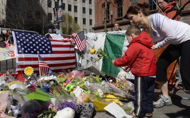 fiori sul luogo dell attentato (archivio l unione sarda)
