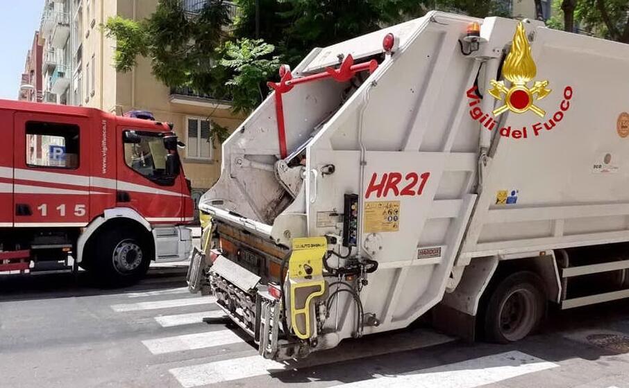 Cede la strada e il camion dei rifiuti resta bloccato: l ...